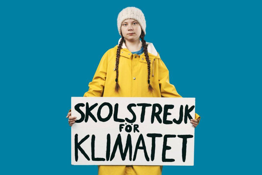 La giovane attivista per il clima Greta Thunberg, munita del cartello che segnala la sua protesta. Credits: AORTA