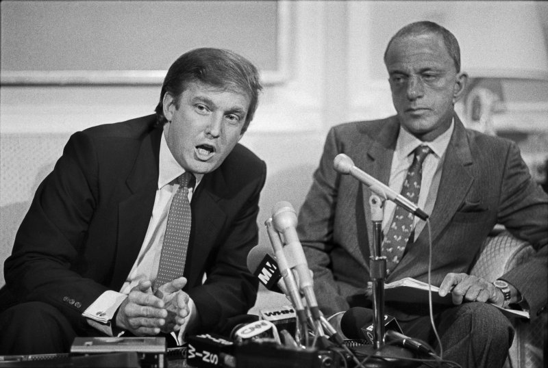Roy Cohn con Donald Trump nel 1984 (courtesy Marylin K.Yee/Redux))