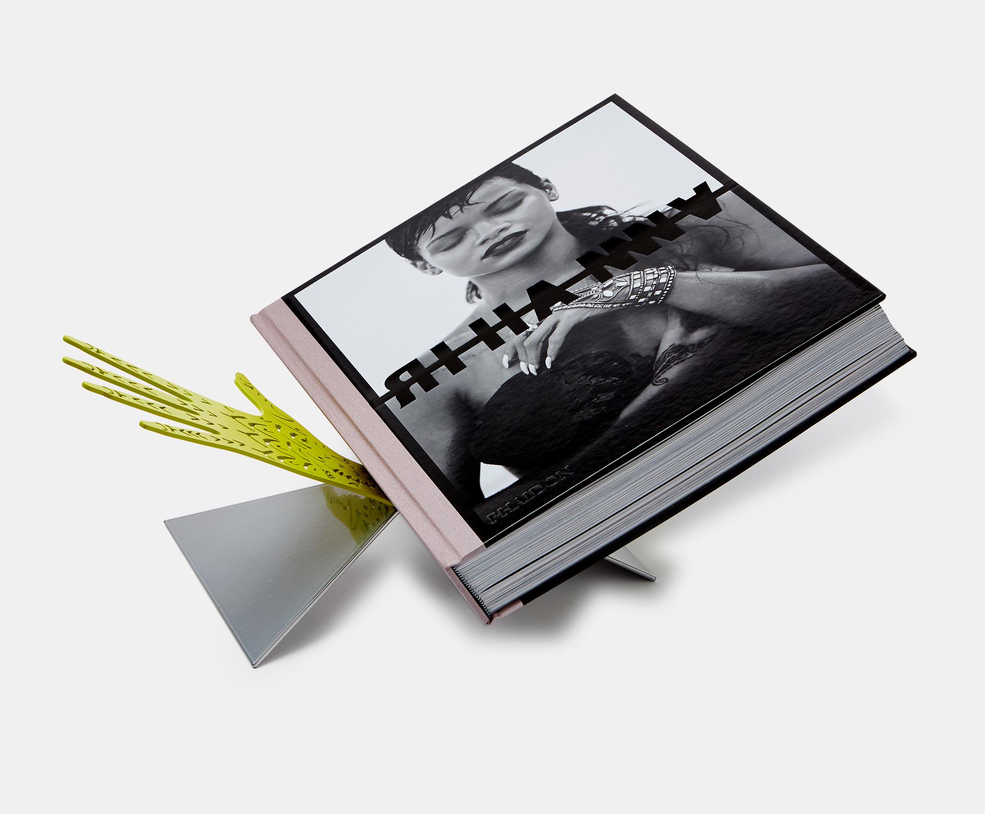 """L'edizione del libro di Rihanna per Phaidon """"This Sh*t is Heavy"""" include il leggio da tavolo disegnato da The Haas Brothers, ispirato alle mani della cantante"""
