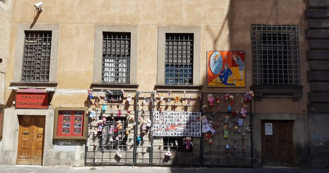 Il muro di bambole a Roma