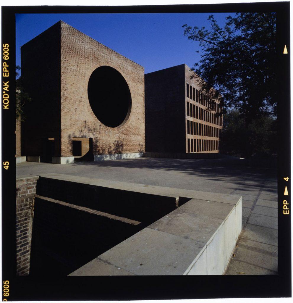 Louis Kahn, Indian Institute of Management, Ahmedabad, Gujarat, India Photo: Roberto Schezen, 2001 circa Courtesy: Fondazione MAXXI