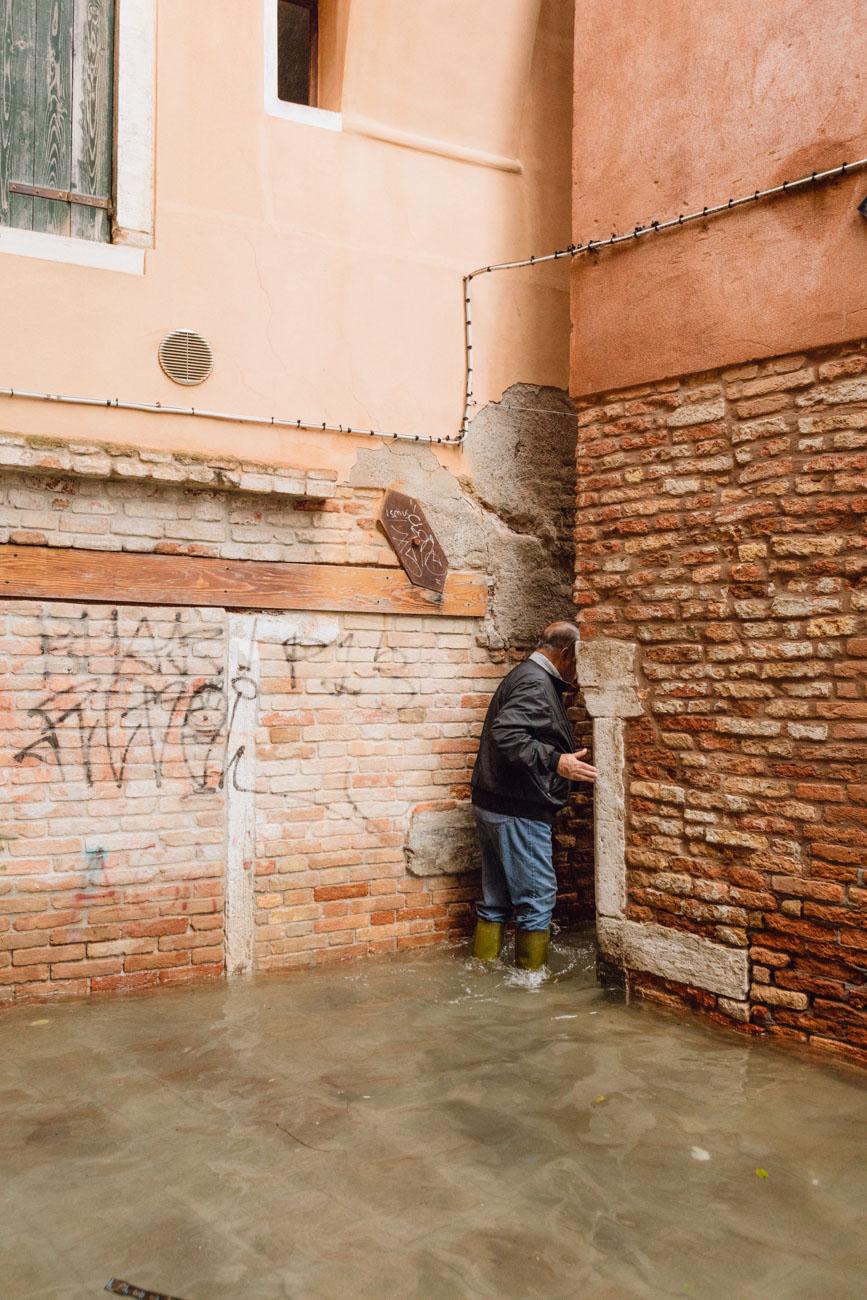 Venezia, Italia, 13 Novembre 2019. Eccezionale acqua alta a Venezia, dove la marea è salita a 187cm, il dato più alto dall'alluvione del 1966. Nella mattina il sindaco Brugnaro ha dichiarato lo stato di calamità. Foto: Matteo de Mayda