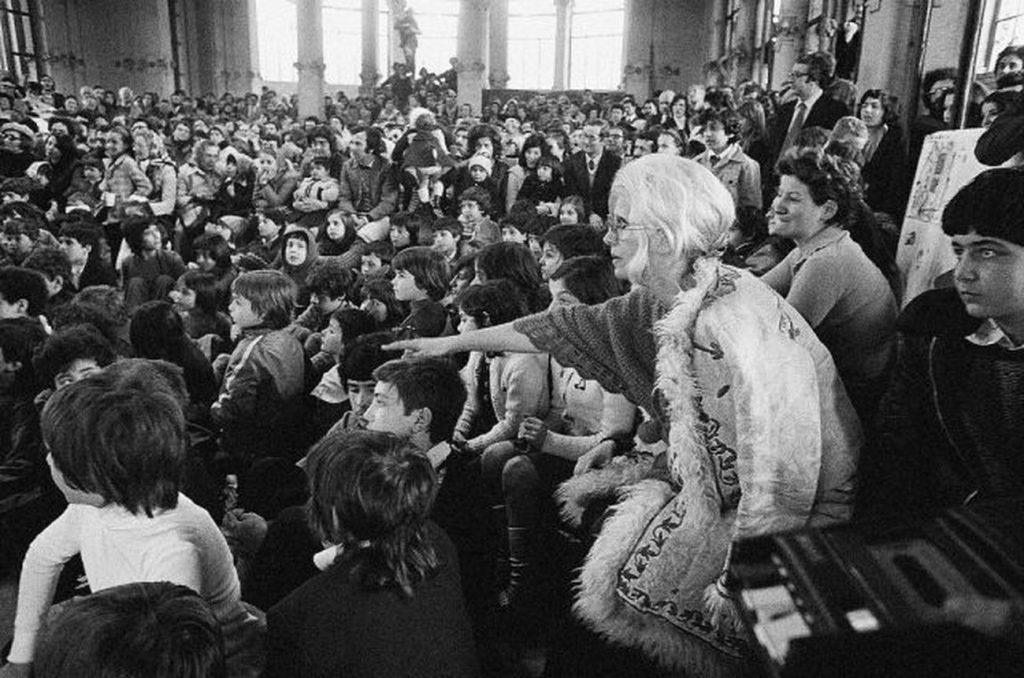 Letizia Battaglia, Franca Rame durante lo spettacolo di burattini alla Palazzina Liberty, 1974, Milano © Letizia Battaglia