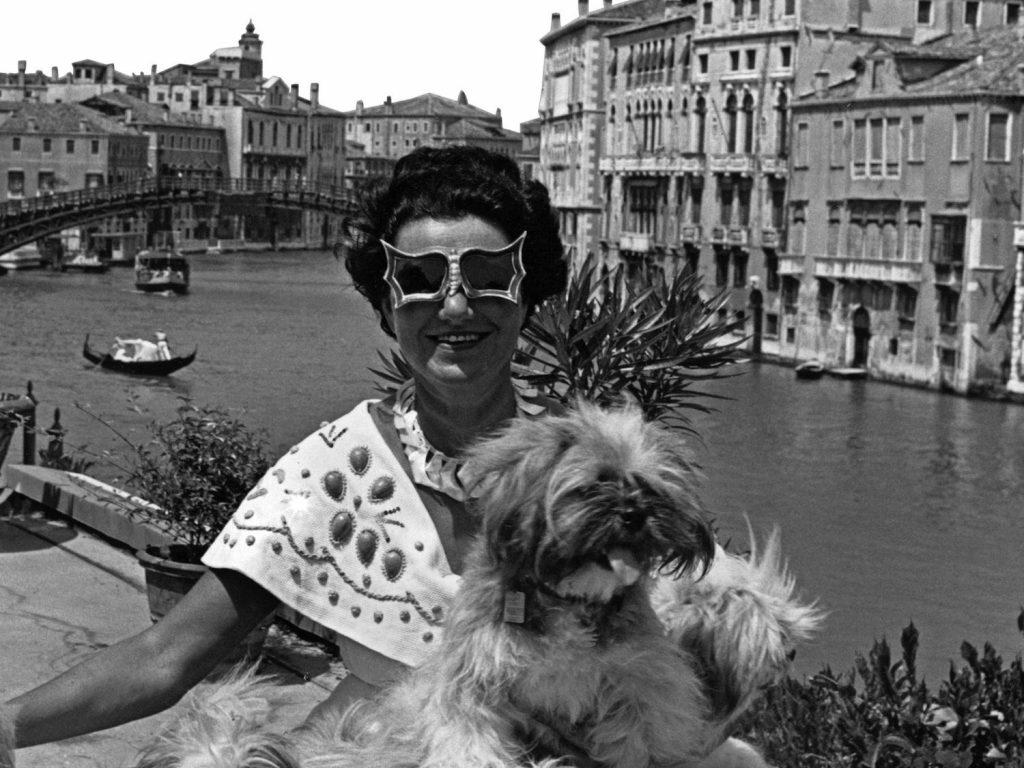 Peggy Guggenheim con i suoi cani sulla terrazza di Palazzo Venier dei Leoni, 1950. Foto di David Seymour