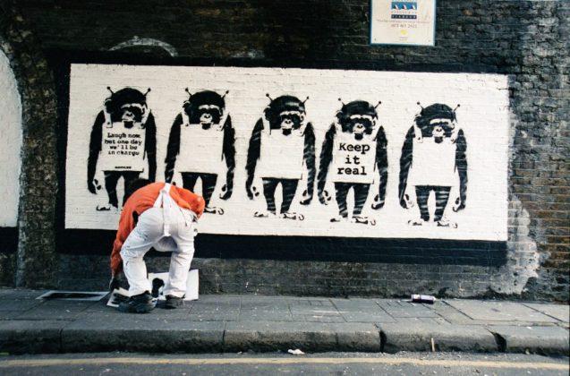 Banksy a lavoro in una delle foto del libro di Lazarides (Courtesy: Steve Lazarides)