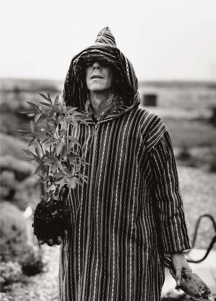 Derek Jarman mentre pianta un elleboro. © 1995 Howard Sooley