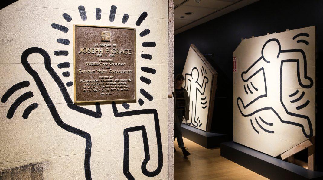 Keith Haring, il murales di 25 metri realizzato sulla parete della Grace House, viene staccato e venduto all'asta