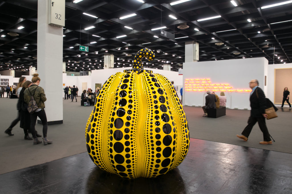 Una delle tante Pumpkin di Yayoi Kusama, questa esposta nel, 2016 a Colonia. (Photo by Mathis Wienand/Getty Images)
