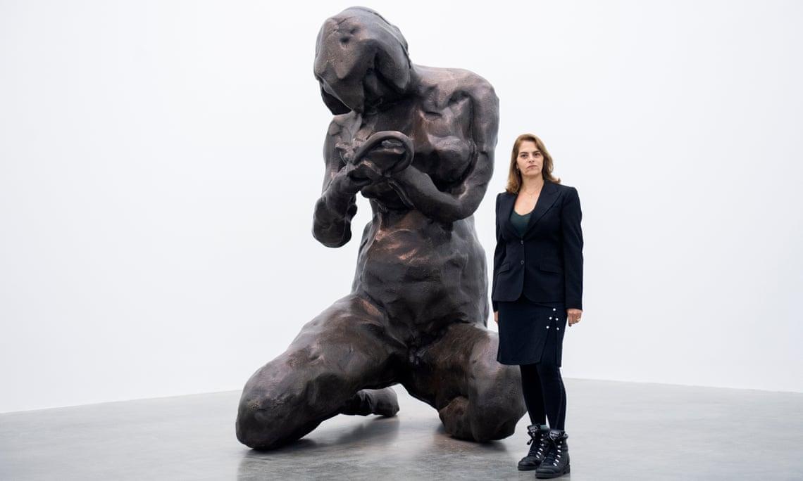 Tracey Emin con la maquette della grande scultura ora in preparazione dedicata a Edvard Munch (Photograph: Facundo Arrizabalaga/EPA-EFE - Courtesy: The Guardian)