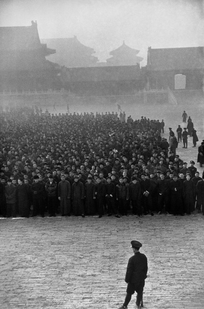 Tôt le matin, dans la Cité interdite, dix mille nouvelles recrues sont rassemblées pour former un régiment nationaliste. Pékin, décembre 1948. © Fondation Henri Cartier-Bresson / Magnum Photos