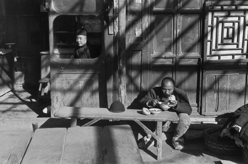 À l'entrée d'une taverne, Pékin, décembre 1948. © Fondation Henri Cartier-Bresson / Magnum Photos