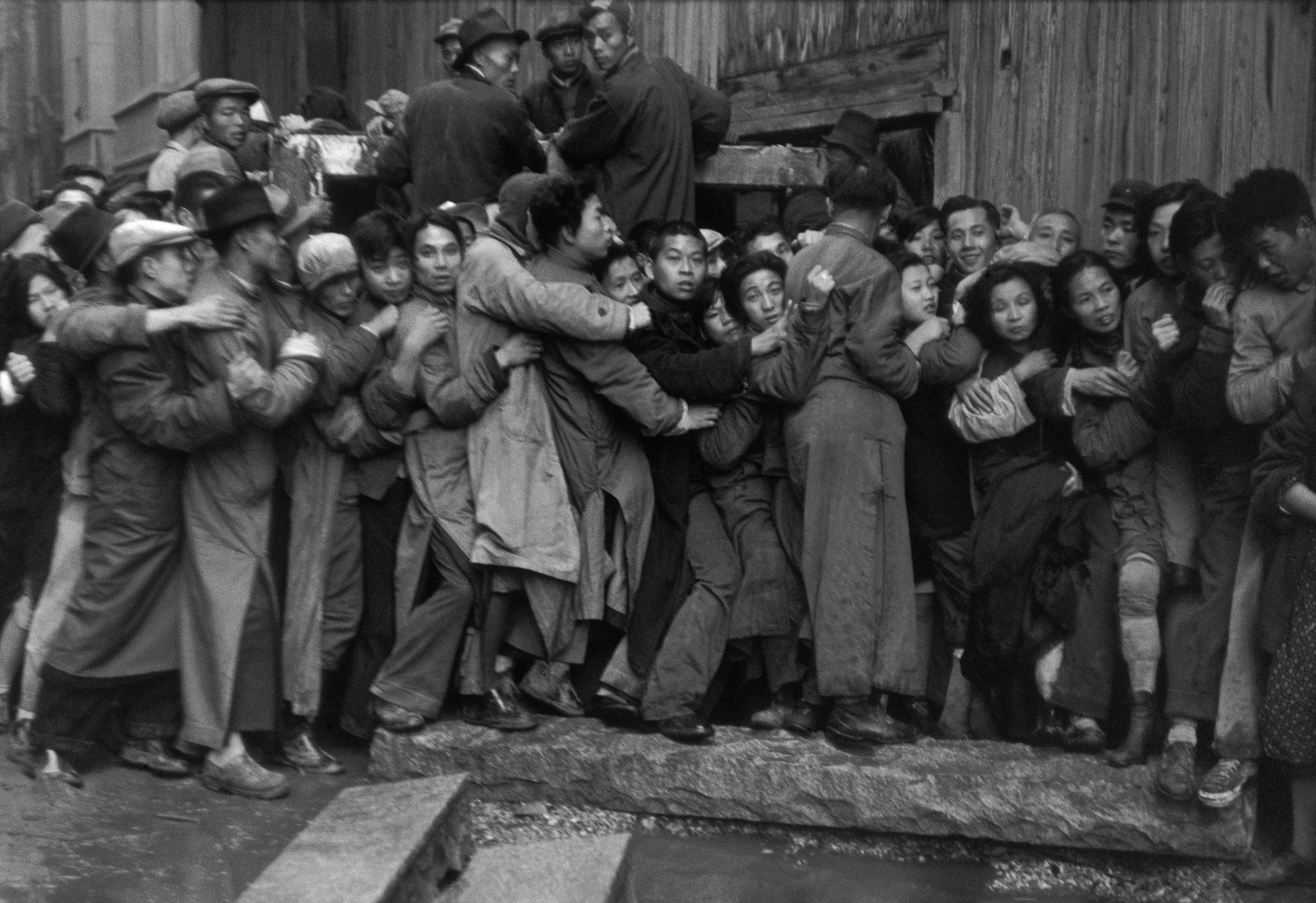 Gold Rush. En fin de journée, bousculades devant une banque pour acheter de l'or. Derniers jours du Kuomintang, Shanghai, 23 décembre 1948. © Fondation Henri Cartier-Bresson / Magnum Photos
