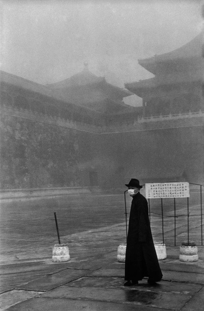 Un visiteur de la Cité Interdite, Pékin, décembre 1948. © Fondation Henri Cartier-Bresson / Magnum Photos
