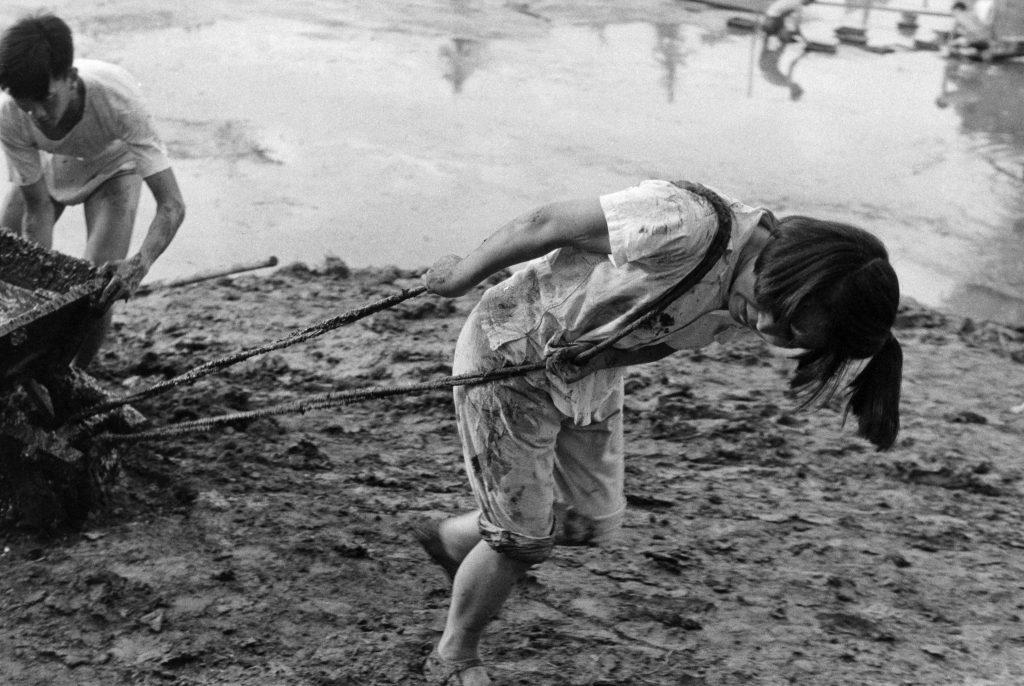 Construction de la piscine de l'Université de Pékin par les étudiants, juin 1958. © Fondation Henri Cartier-Bresson / Magnum Photos
