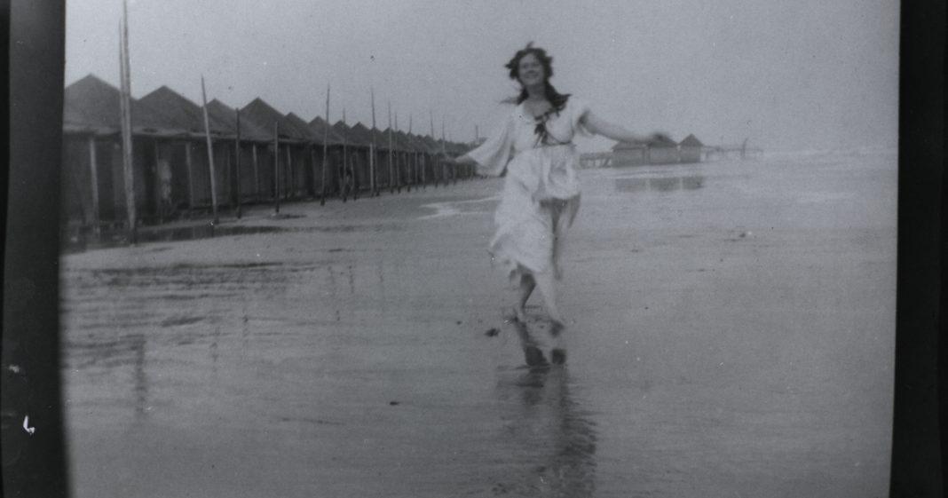 Isadora Duncan sulla spiaggia a Venezia, 1903 o 1905