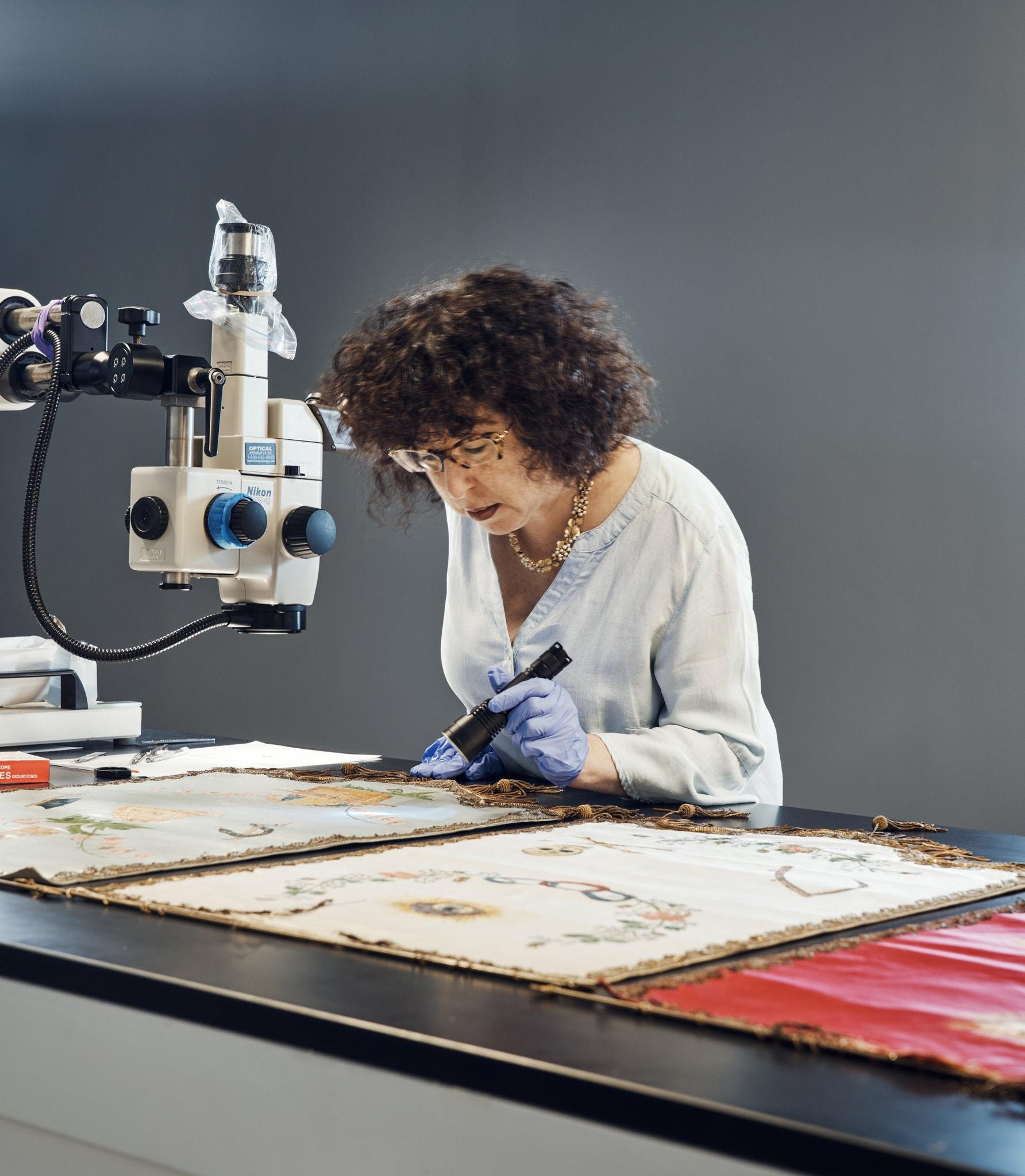 Jennifer Mass, presidente della sezione Scientific Analysis del Fine Art lab.(Credit: Thomas Prior for The New York Times)