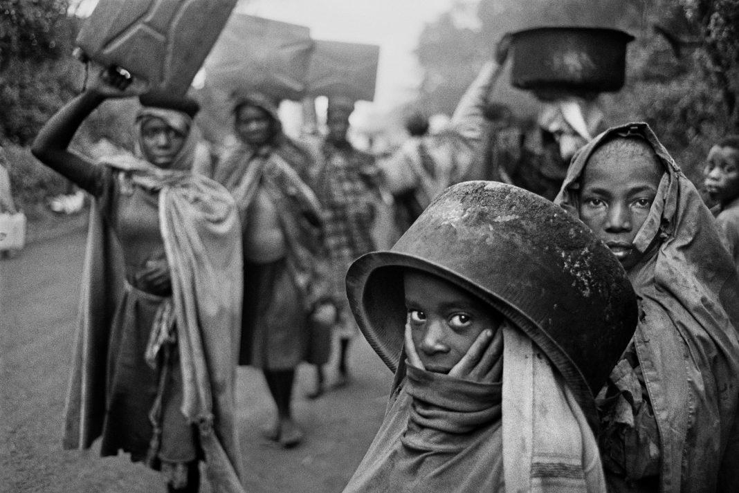 Sebastião Salgado Water supplies are often far away from the r efugee camps. Goma, Zaire. 1994. © Sebastião Salgado / Amazonas Images / Contrasto