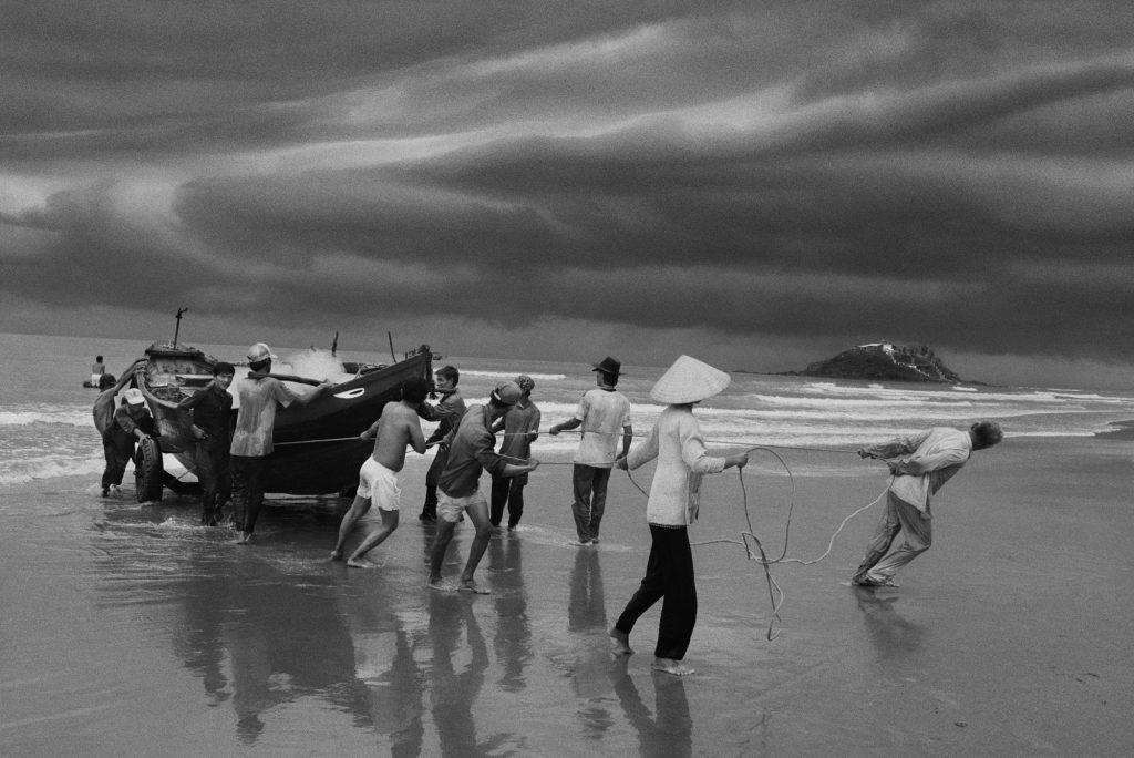 Sebastião Salgado The beach of Vung Tau, formerly named Cap Sa int Jacques, from where the majority of boat people left. Southern Vietnam. 1995. © Sebastião Salgado / Amazonas Images / Contrasto