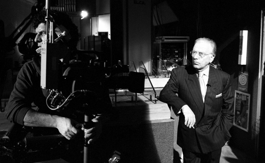 """Il conduttore e polemista Gianfranco Funari durante una pausa della sua trasmissione """"Funari News"""" su Rete 4 Studi Mediaset di Roma, 1994"""