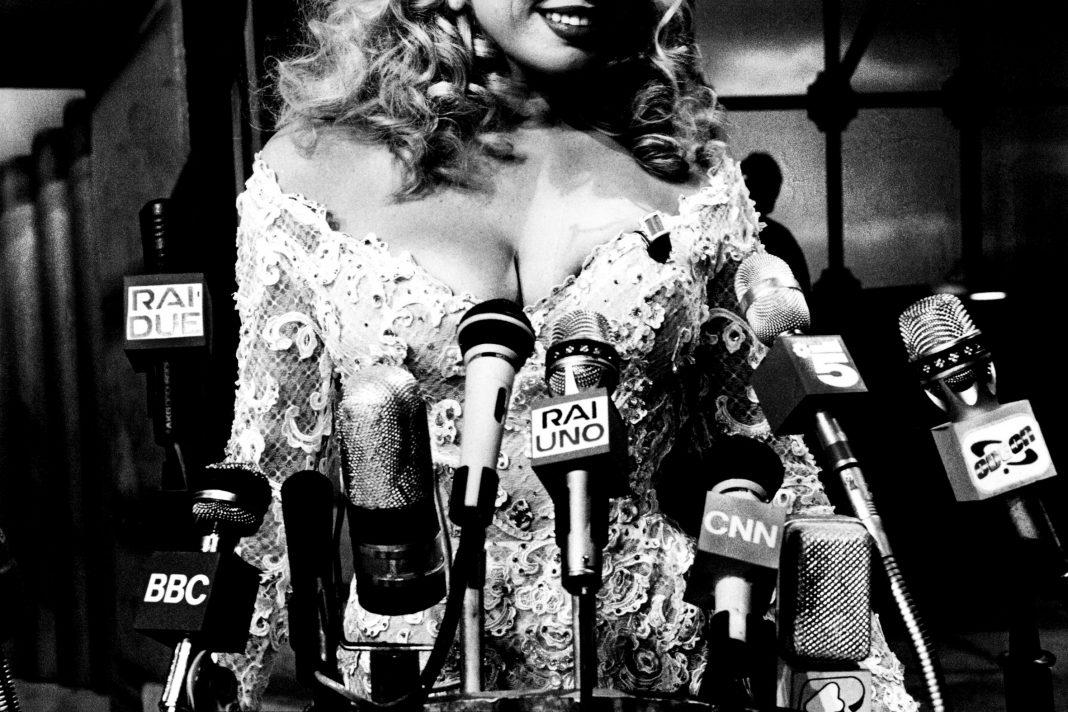 """L'attrice Wendy Windham in una parodia di una conferenza stampa alla Casa Bianca, durante il programma """"I Cervelloni"""" nello studio 5 di Cinecittà già mitico studio di Federico Fellini. Roma, 1995."""