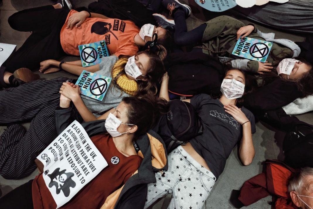 Gli attivisti di Extinction Rebellion durante la protesta al Museo della Scienza di Londra. Questa e molte altre le notizie dal mondo di questa settimana (Foto: Angela Christofilou)