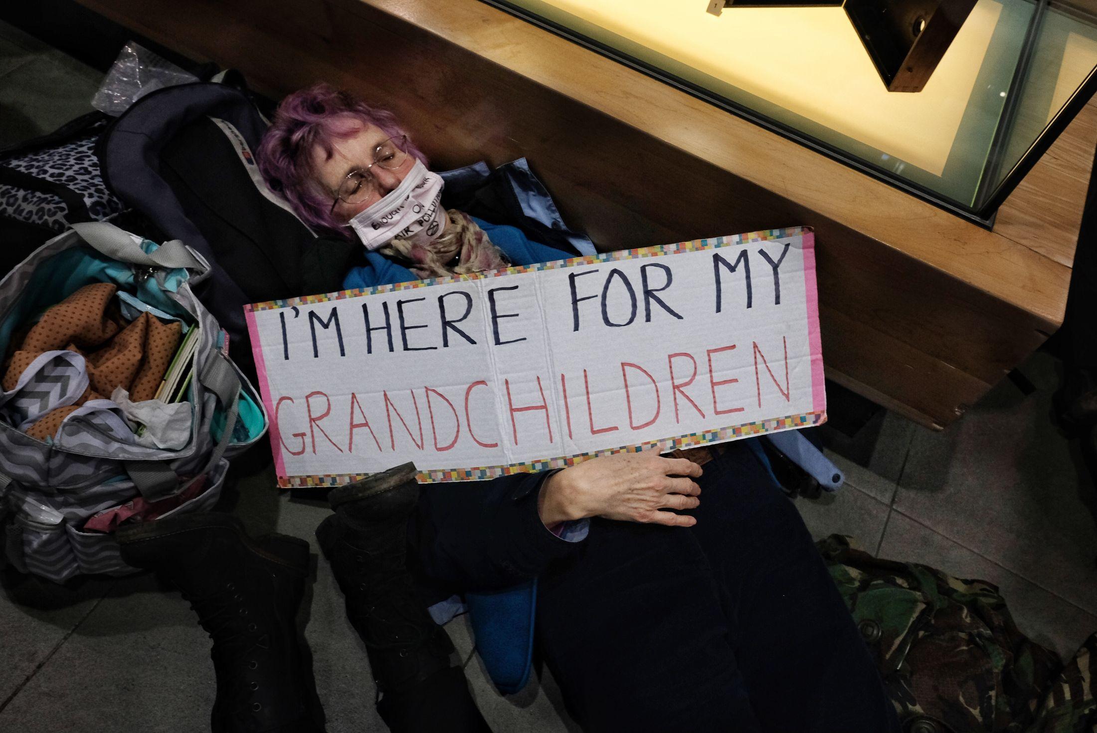 Un'attivista di XR con la mascherina durante le proteste (Foto: Angela Christofilou)