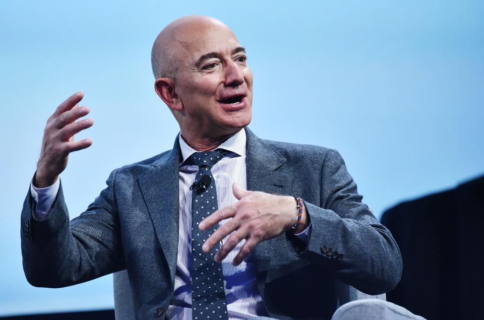 Jeff Bezos, magnate di Amazon, colleziona opere d'arte. Questa una delle notizie dal mondo di exibart.artworld, selezionate per voi dalla redazione (Photo by MANDEL NGAN/AFP via Getty Images)