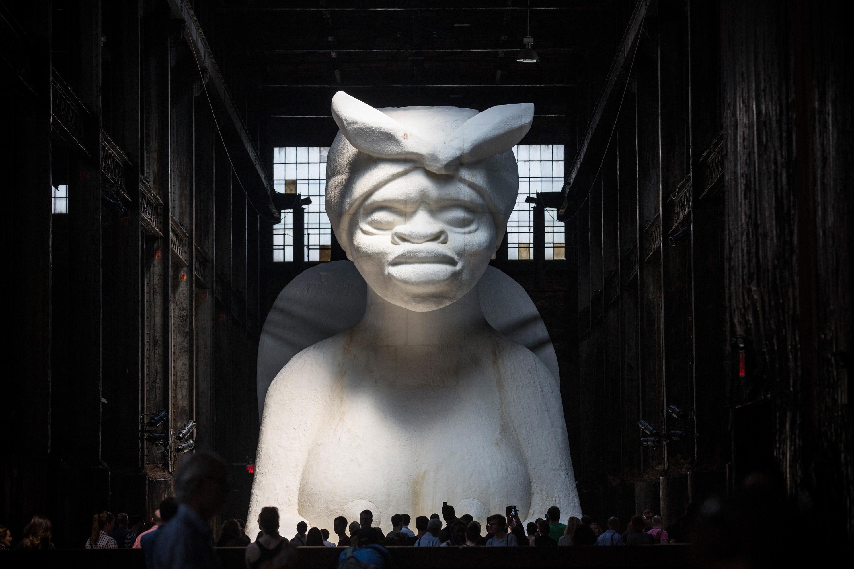 """L'enorme scultura di Kara Walker, """"A Subtlety"""", imprenscindibile opera da ricordare per il Black History Month (Photo by Andrew Burton/Getty Images)"""