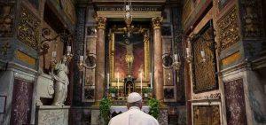 Il Papa davanti al crocifisso ligneo miracoloso di San Marcello