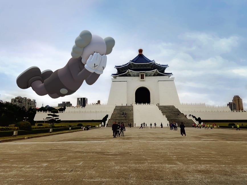 Tra le notizie dal mondo dell'arte di questa settimana: la mostra in realtà aumentata di KAWS gli permetterà di proiettare le sue opere ovunque nel mondo. Anche a Taipei, per fare un esempio (Taipei. Credit: Courtesy KAWS and Acute Art)