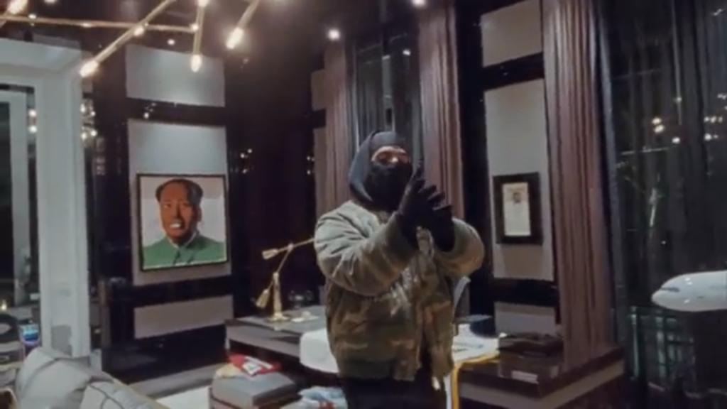 Un'opera di Andy Warhol appesa alle pareti della lussuosa casa di Drake (Courtesy: YouTube).