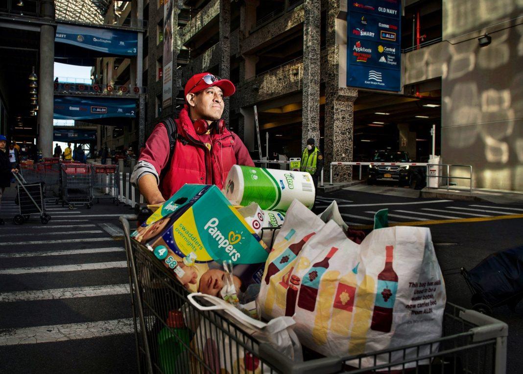 Tra le notizie dal mondo dell'arte di oggi, l'inchiesta fotografica sulla spesa dei newyorkesi, immortalati da Dina Litovsky (Fonte: New Yorker).