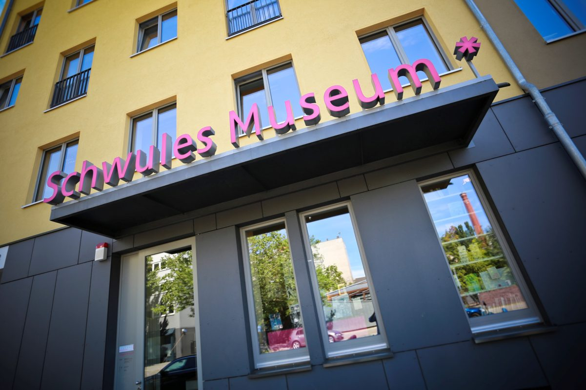 Nel weekend, lo Schwules Museum è stato preso d'assalto da vandali anonimi. Questa una delle (tristi) notizie dal mondo dell'arte della settimana (foto: jumpberlin.com)