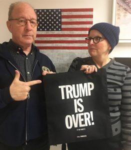 Jerry Saltz e Roberta Smith con la shopper Trump is Over, 2017