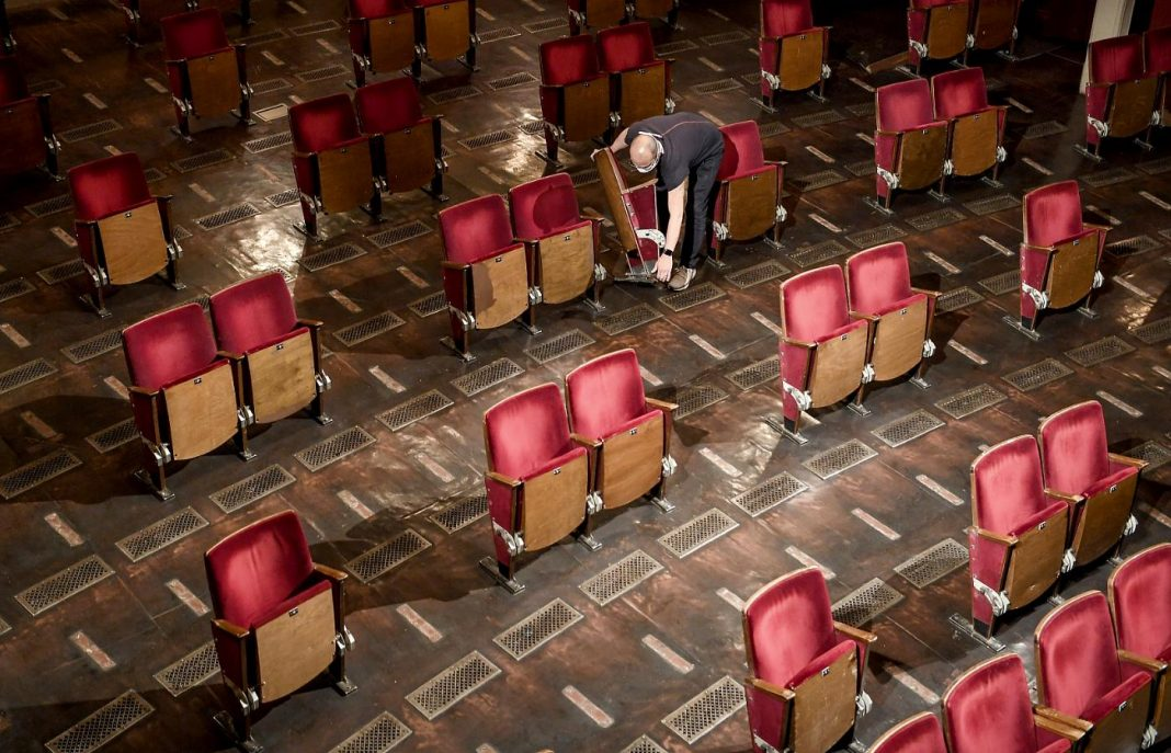 Tre poltrone su quattro tagliate nei teatri per le norme sul distanziamento sociale