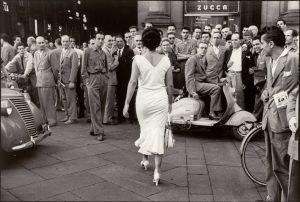 Mario De Biasi, Gli italiani si voltano. Moira Orfei, 1954, dalla mostra Memoria e Passione. Da Capa a Ghirri. Capolavori dalla Collezione Bertero