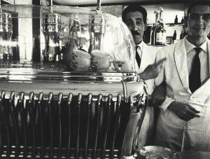 William Klein, Koffee machine and attendants, 1956, dalla mostra Memoria e Passione. Da Capa a Ghirri. Capolavori dalla Collezione Bertero