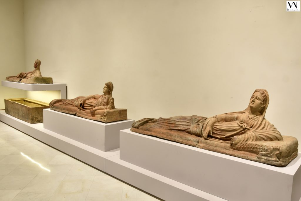 Veduta della mostra sugli etruschi al Museo Archeologico di Napoli