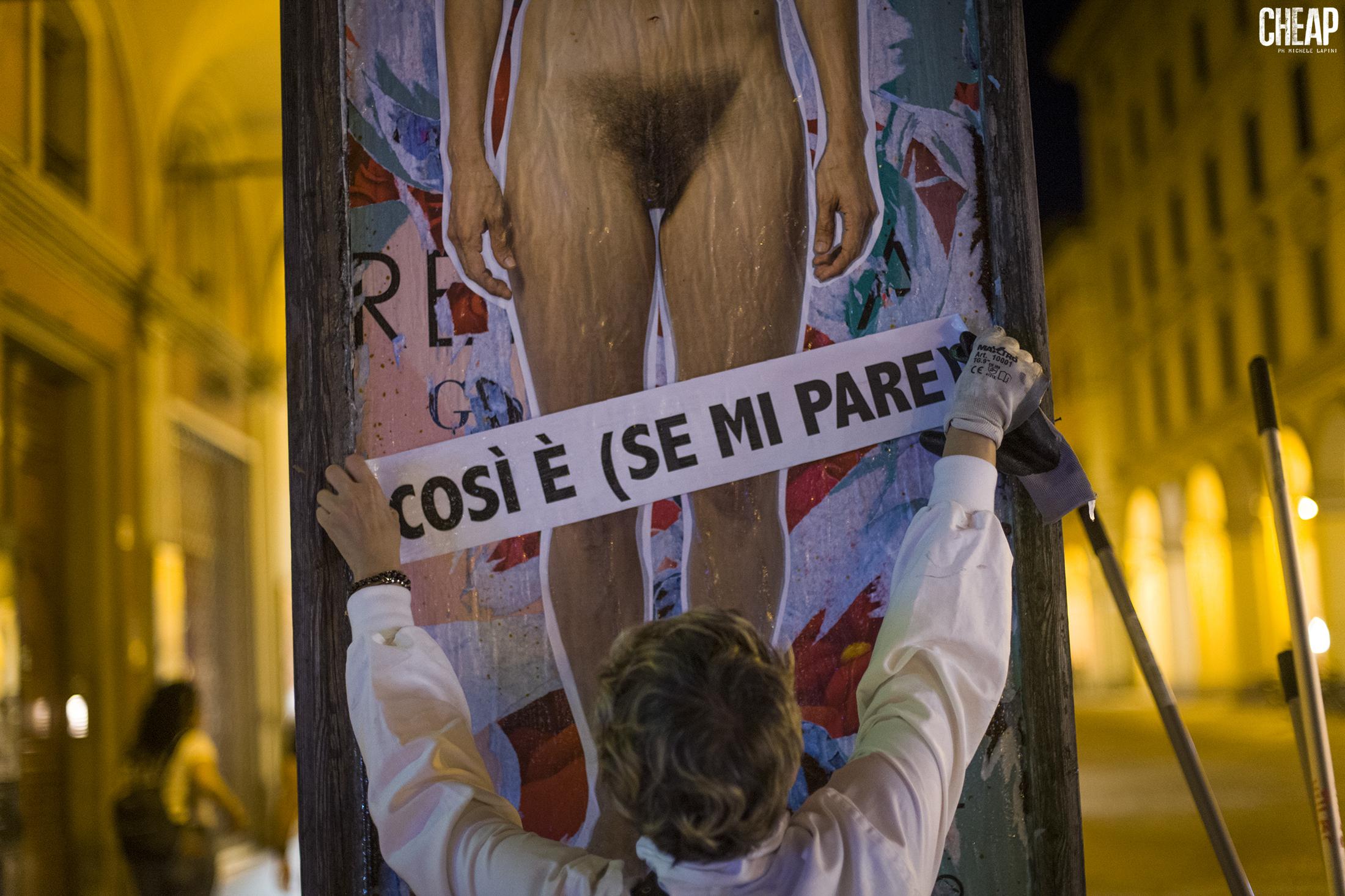 L'affissione dei poster (tutte le foto sono di Michele Lapini).