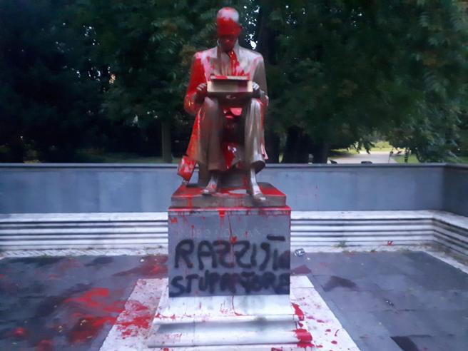La statua vandalizzata di Indro Montanelli a Milano
