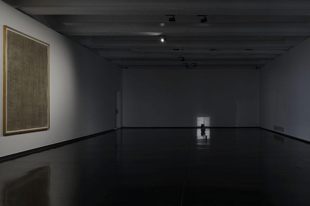 A sinistra: Luca Vitone, Stanze (Museo MACRO, Roma), 2020. A destra: Philipp Fleischmann, Untitled (at large), 2020. Veduta della mostra Museo per l'Immaginazione Preventiva — EDITORIALE, MACRO, 2020. Courtesy MACRO — Museo d'Arte Contemporanea di Roma. Ph. Giovanni Apa.