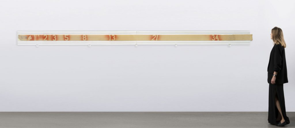 """Lotto 249, MARIO MERZ (Milano 1925 - Torino 2003) """"Il metro infinito"""" 1972 spray su benda elastica, cm 10x400. Venduto € 96.250"""