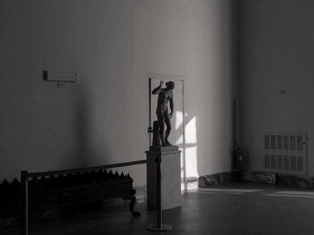 Tra le notizie dal mondo dell'arte di questa settimana, l'articolo e le foto di Teju Cole che rileggono l'Italia e Caravaggio in chiave contemporanea (Courtesy: New York Times)