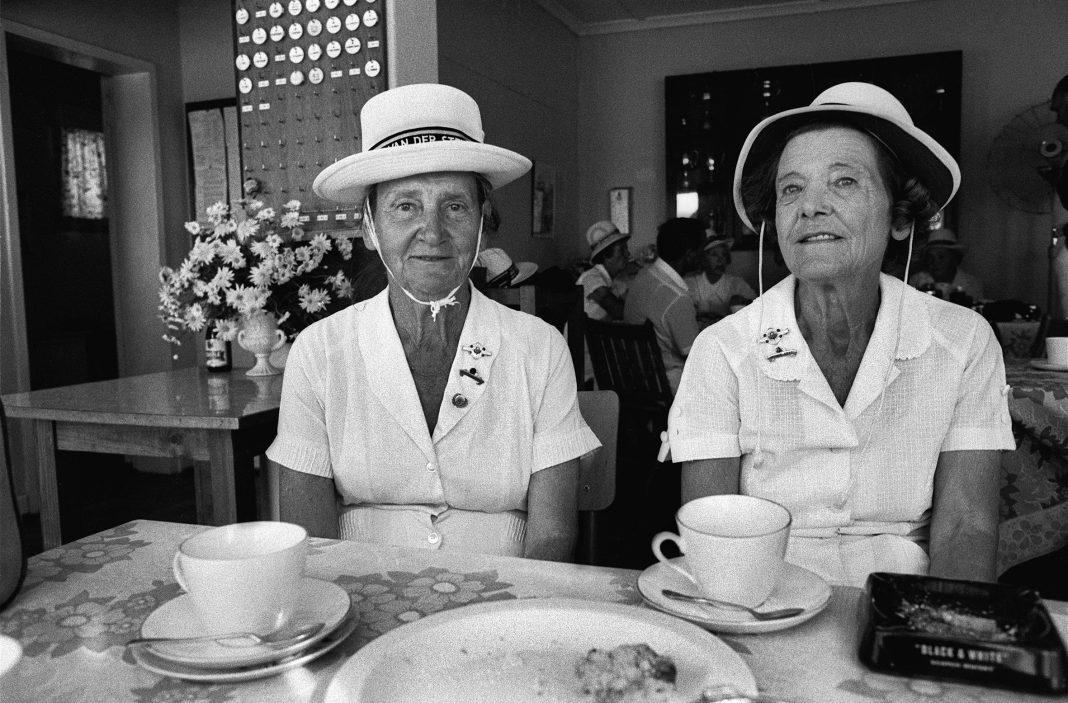 Una delle fotografie di Paola Agosti in mostra alla Biennale Donna è Sud Africa, Stellenbosch, aprile 1983. Il circolo delle bocce (