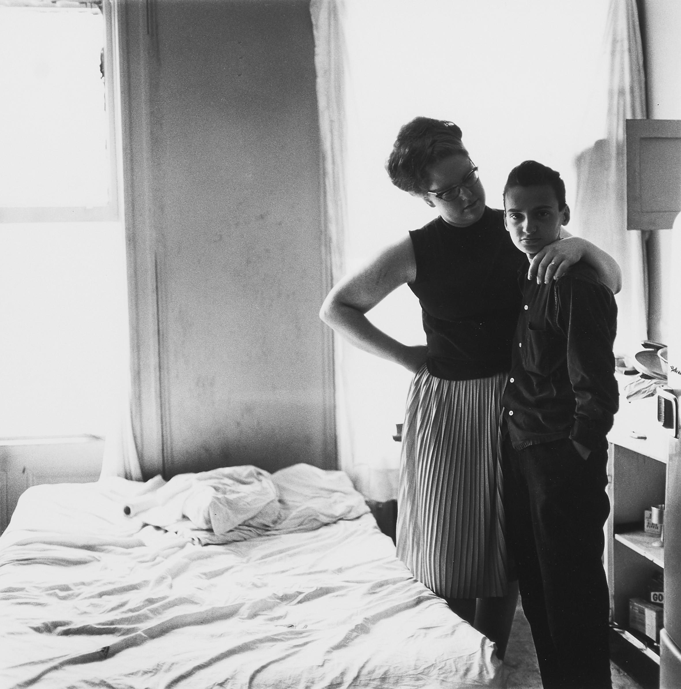 Diane Arbus, Two friends at home, N.Y.C., 1965 (Courtesy Galleria Massimo Minini).