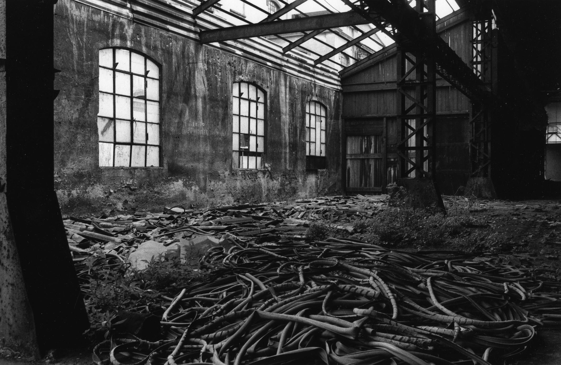 Giovanna Borgese ci offre i primi esempi di fotografia industriale, legata al mondo del lavoro. Qui Fine della fabbrica Redaelli, Milano, 1985.