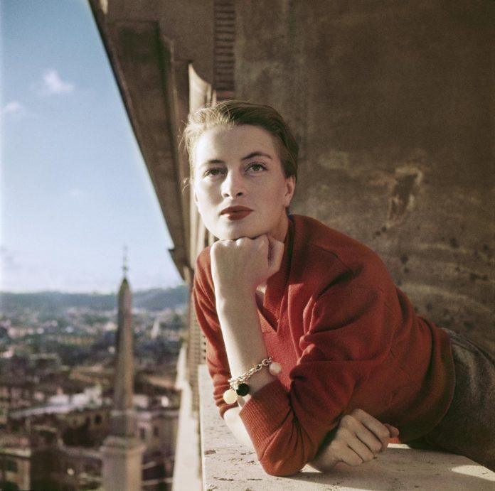 Capucine, modella e attrice francese, al balcone, Roma, Agosto 1951. © Robert Capa International Center of Photography Magnum Photo