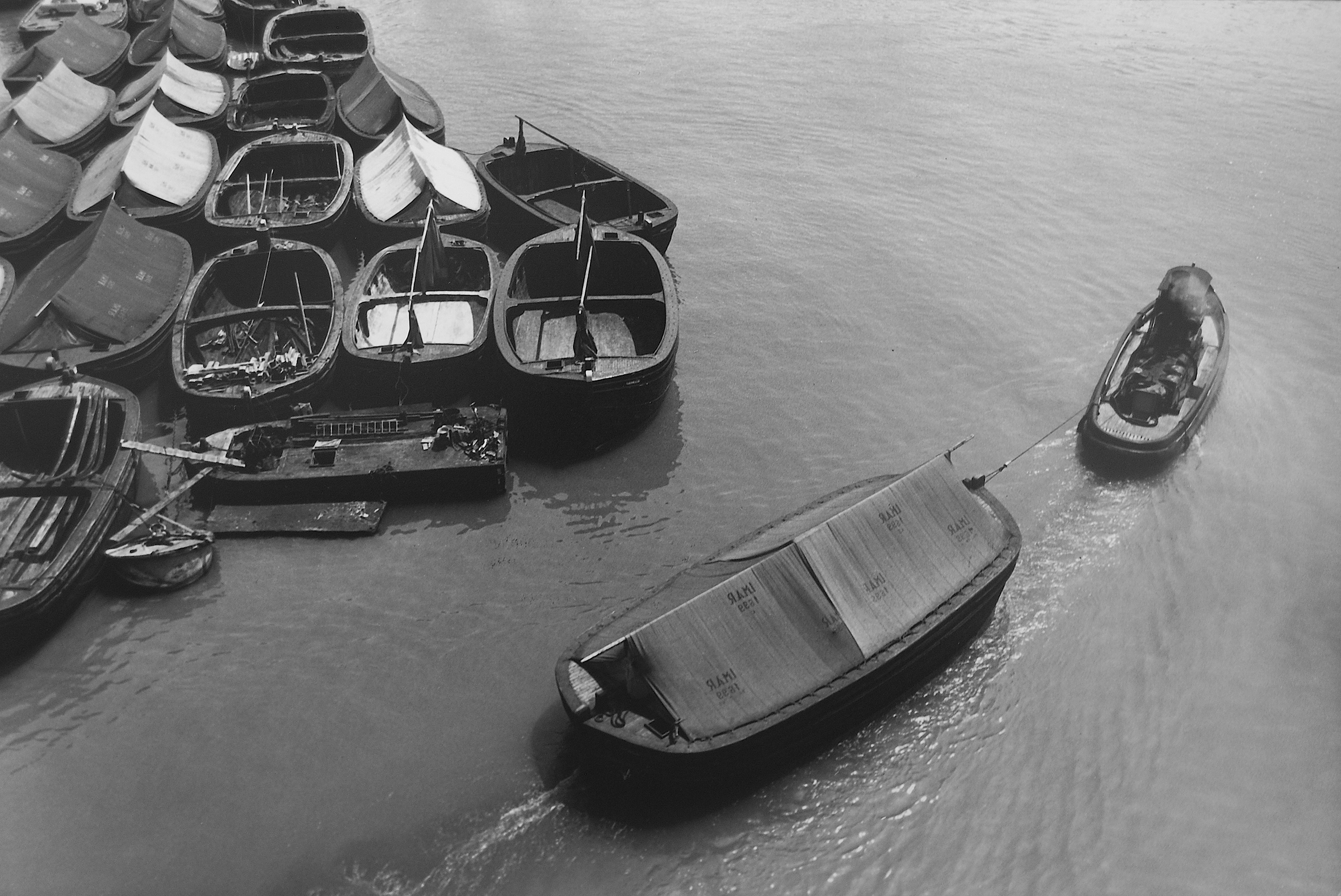 Il porto di Genova negli anni Sessanta, tra lavoratori e paesaggio, è il tema della ricerca di Lisetta Carmi presentata alla Biennale Donna (courtesy Martini & Ronchetti).
