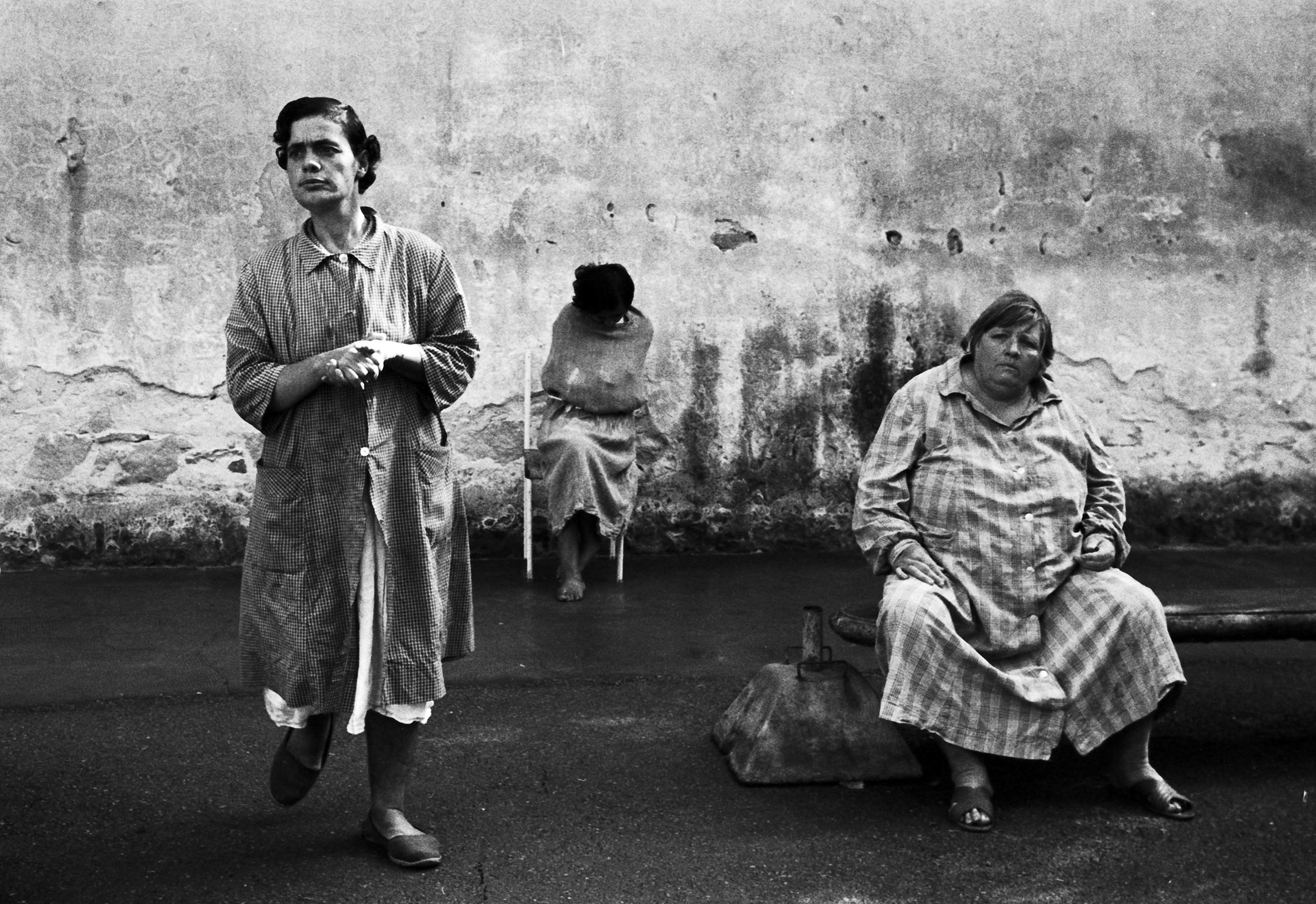 Tra le fotografie della Biennale Donna, anche i lavori di Carla Cerati per Morire di classe, esplorando i manicomi italiani negli anni Sessanta.