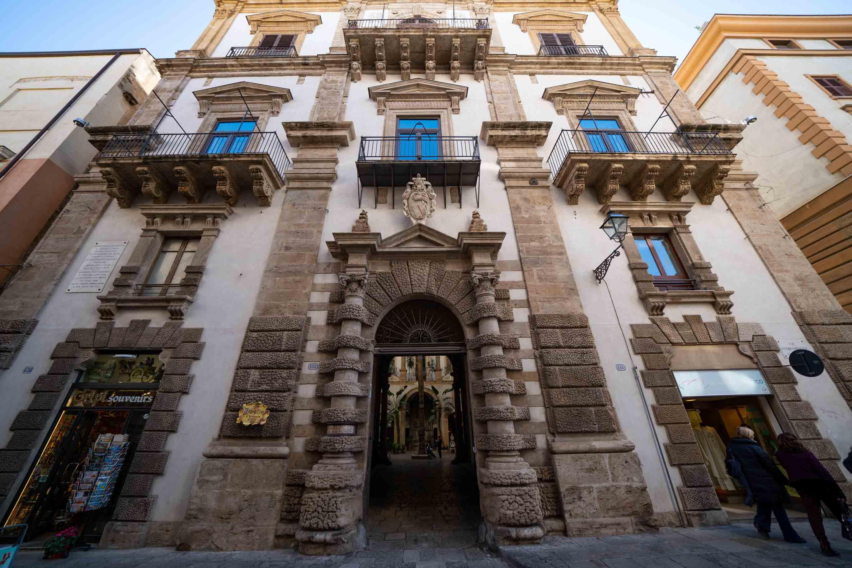 Il MEC sorge nel cuore del centro storico di Palermo, in un palazzo cinquecentesco